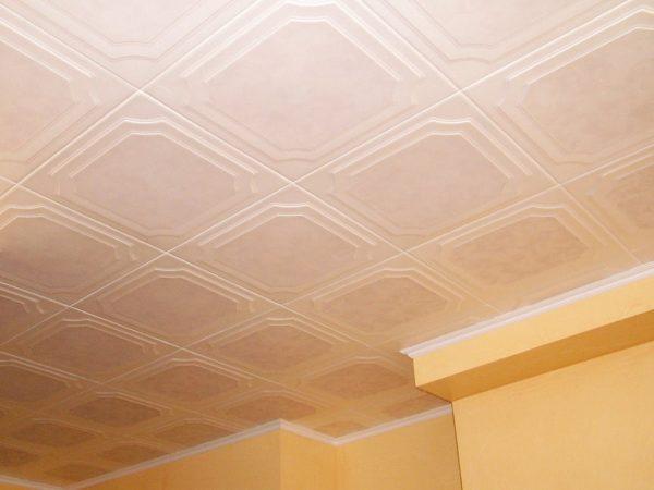 Как правильно клеить потолочную плитку и стоит ли это делать