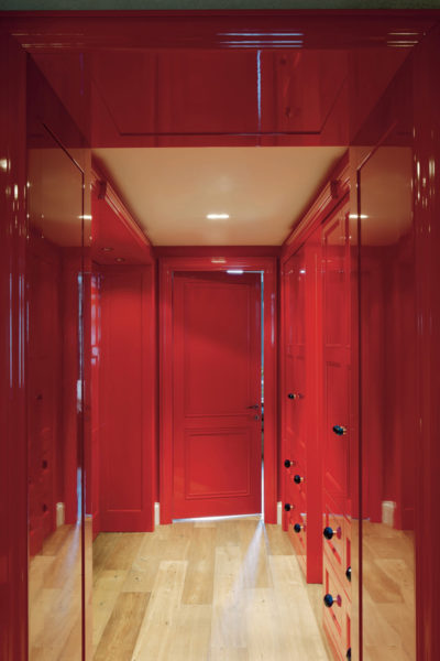 Красный цвет в интерьере: стоит ли использовать