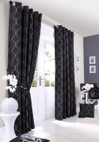 Стоит ли использовать черные шторы для декорирования квартиры