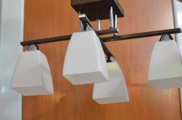 Как выбрать люстру в гостиную с низкими потолками