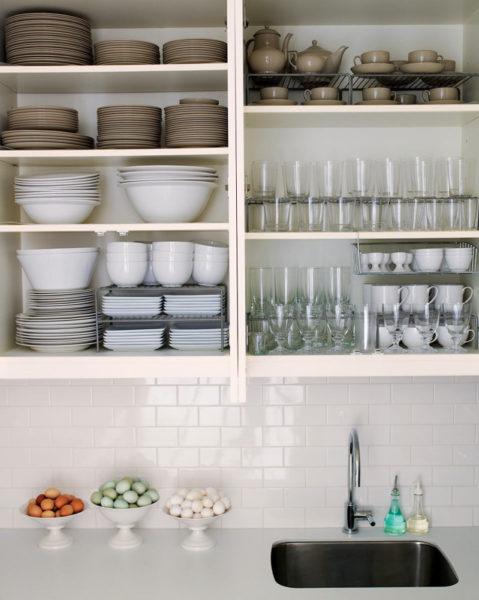Как организовать компактное хранение посуды на кухне