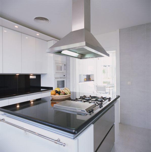 Какую вытяжку выбрать для просторной кухни