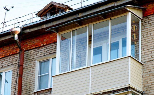 Как можно застеклить балкон и стоит ли это делать