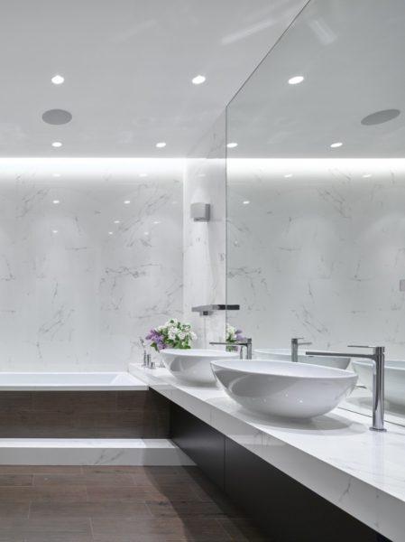 Как отделать ванную комнату зеркальными поверхностями