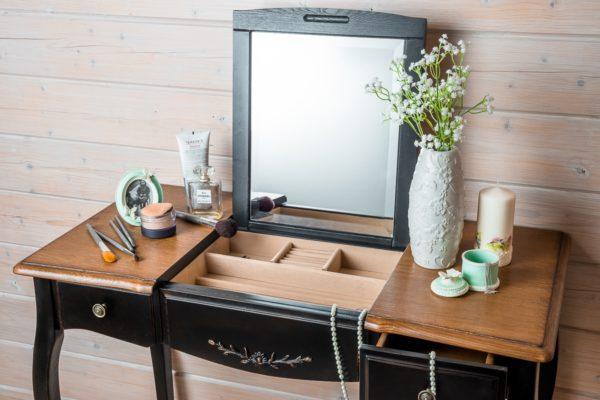 Как разместить в небольшой спальне туалетный столик