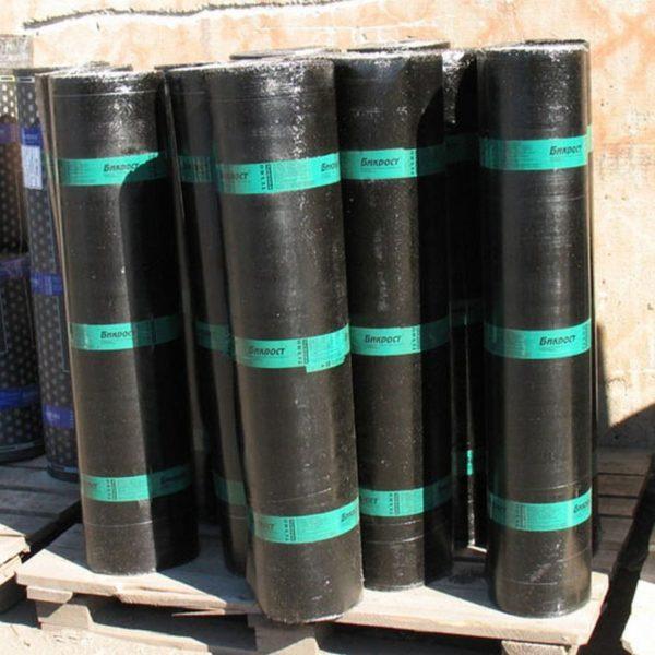 Бикрост нижнего слоя с двух сторон покрыт полимерной пленкой, по этому признаку легко отличить подкладочный ковер от верхнего