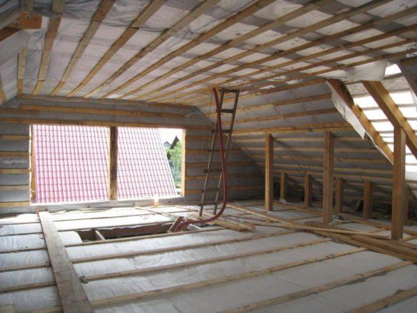 Большая часть помещения мансарды имеет приемлемую высоту потолка.