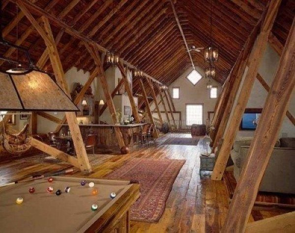 Чердачное пространство можно переделать в мансарду и в многоквартирном доме.