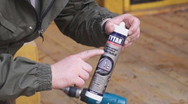 Чтобы установка водостоков была успешной и эффективной, применяем специальный герметик на битумной основе