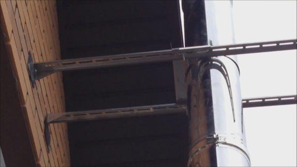 Держатель установлен в верхней точке стены, чтобы обеспечить максимальную устойчивость собранного дымохода даже при существенных ветровых нагрузках