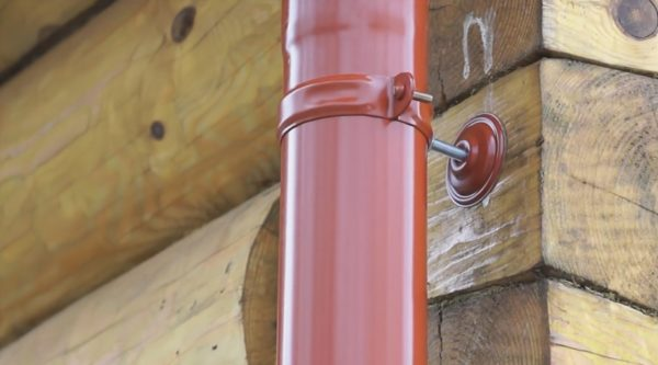 Держатель вертикального стока имеет небольшой вылет для регулировки положения трубы