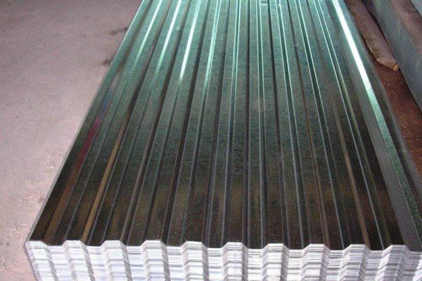 Дешевый профнастил без полимерного покрытия можно использовать для кровель хозяйственных построек