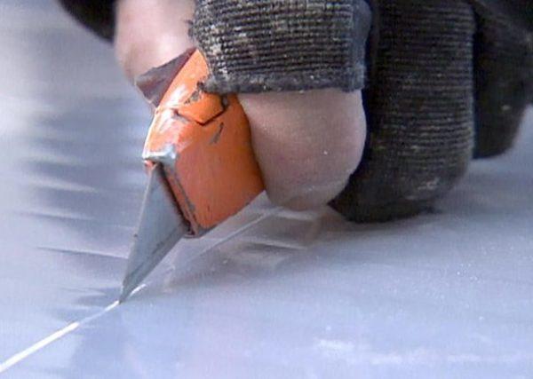 Для резки поликарбоната подходят даже обычные строительные ножи