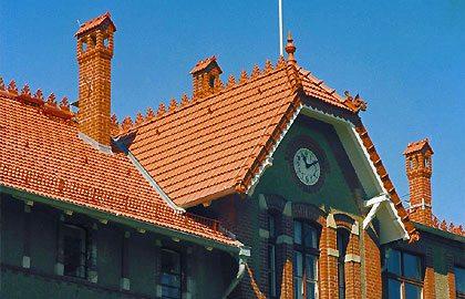 дом с украшенной крышей