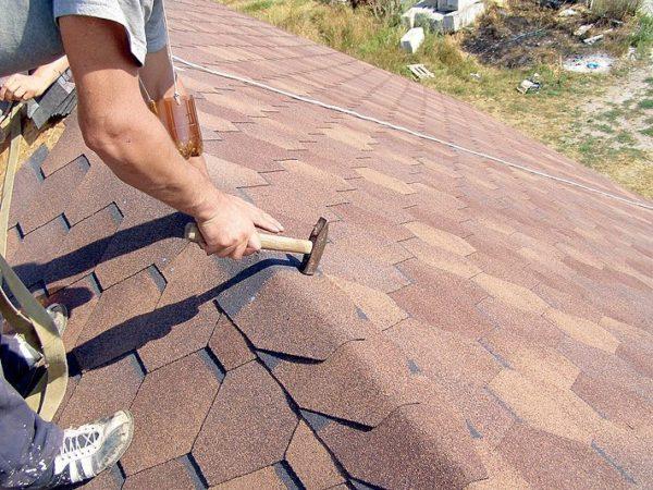 Эластичный битумный материал отлично защищает дом от осадков, при этом легко крепится