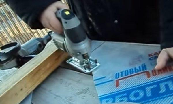 Электролобзик аккуратно располагается на линии и включается на самых высоких оборотах