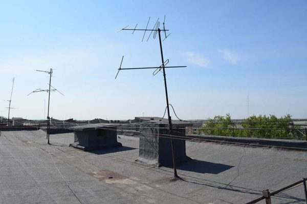 Если на крыше есть свободные стойки, то вопрос решается быстро и просто