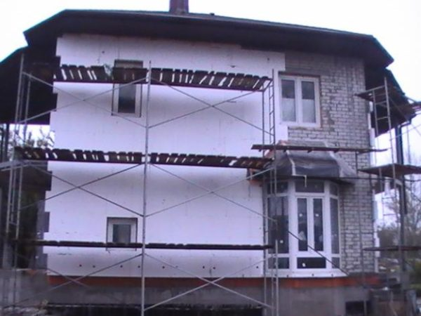 Фасадная теплоизоляция – плиты крепят к внешним стенам.