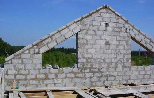 Фронтон из блоков — простое и недорогое решение
