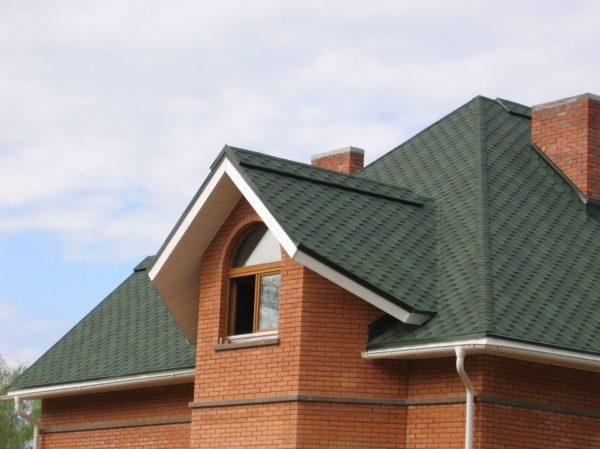Гибкая черепица образует на крыше сплошное герметичное покрытие