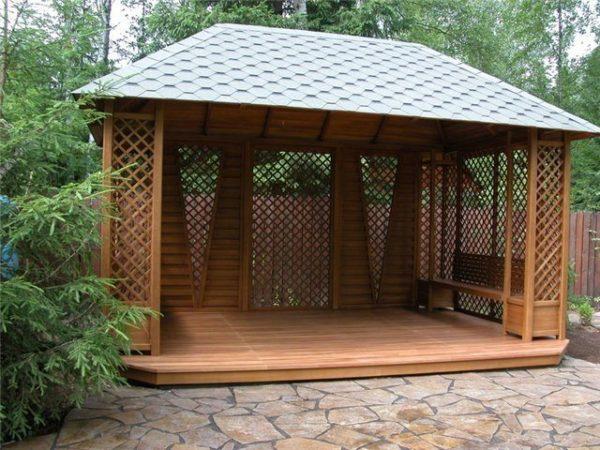 Использование кровельных материалов для создания крыши на навесной системе позволит получить полноценное сооружение, но оно может нуждаться в дополнительных работах