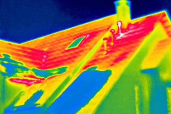 Изображение скатной крыши дома на тепловизоре: участки красного цвета на фото — это наибольшие теплопотери