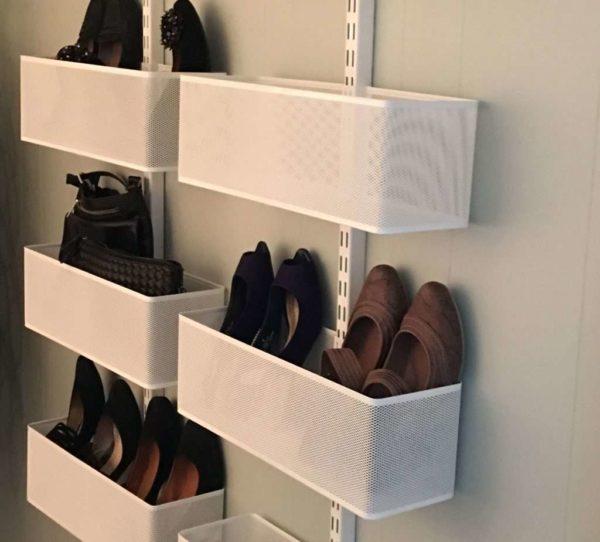Как можно хранить большое количество обуви в малогабаритном коридоре