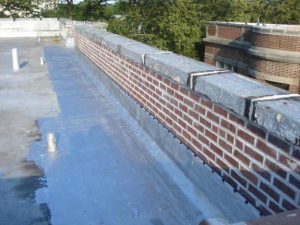 Кирпичный парапет идеально сочетается со стенами из такого же материала