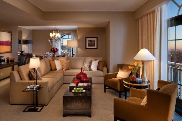 Правильное сочетание коричневого дивана с интерьером