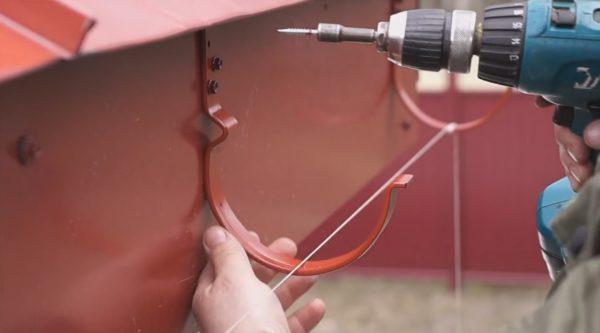 Крепеж держателей по шнуру саморезами с пресс-шайбой