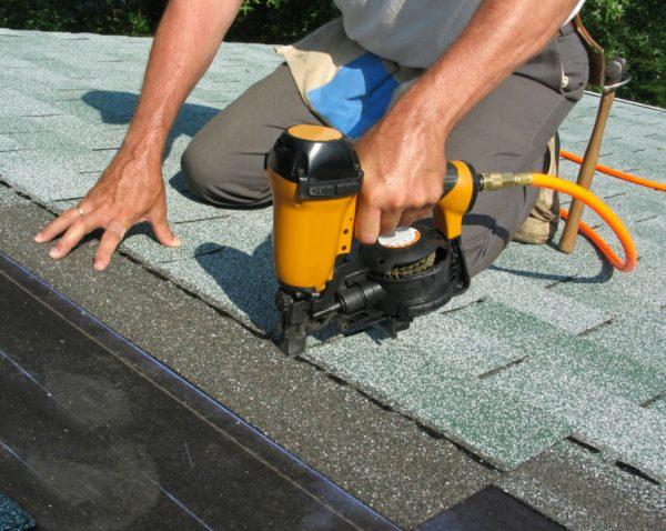 Крепить материал удобнее с использованием пневматических инструментов