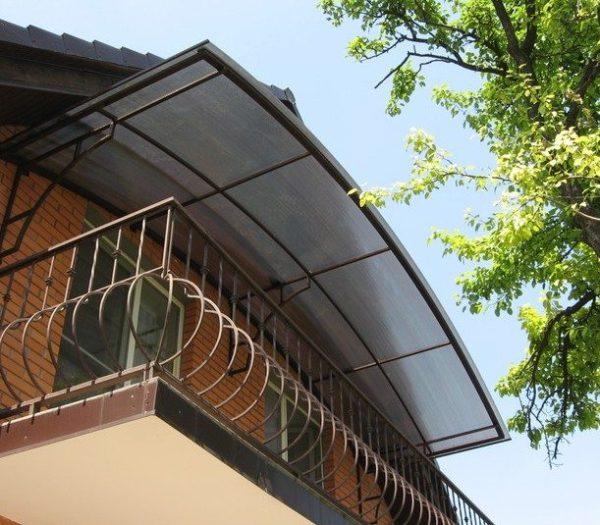 Кровля из прозрачного пластика меньше затеняет окна, а цена материала позволяет сэкономить.