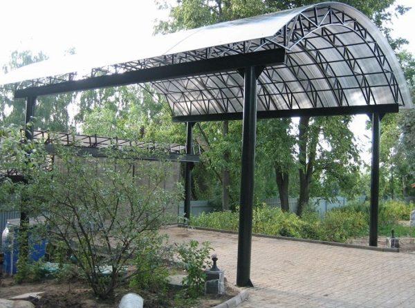 Крыша для навеса из поликарбоната смотрится привлекательно и пропускает естественный свет