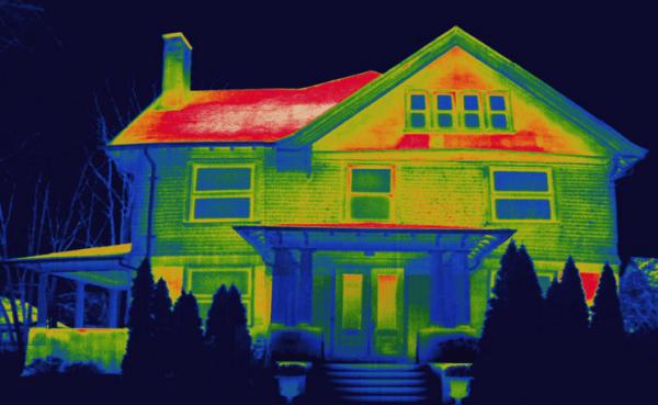 Крыша дома с жилой мансардой на тепловизоре.
