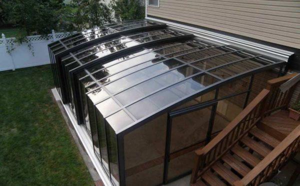 Крыша и стены закрытой террасы изготовлены из прозрачного полимера.