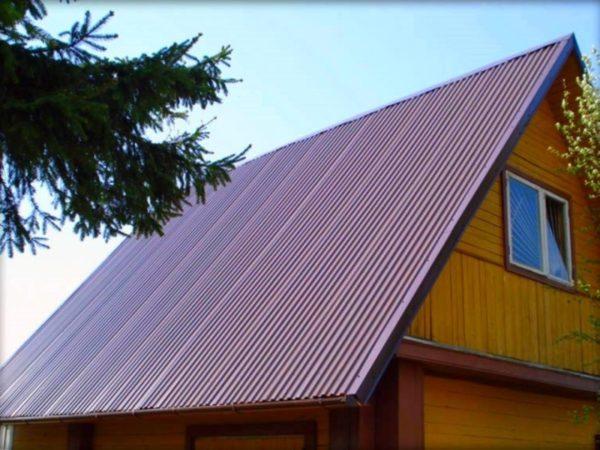 Крыша из металлопрофиля отличается простотой и надежностью