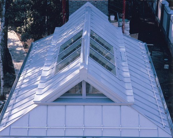 Крыша, покрытая цинк-титаном, всегда выглядит свежо и оригинально.