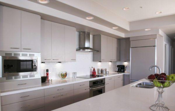 Особенности размещения острова на просторной кухне