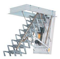 Лестница для чердака, имеющая электрический привод.