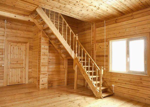 Мансардная лестница в два марша в деревянном доме.