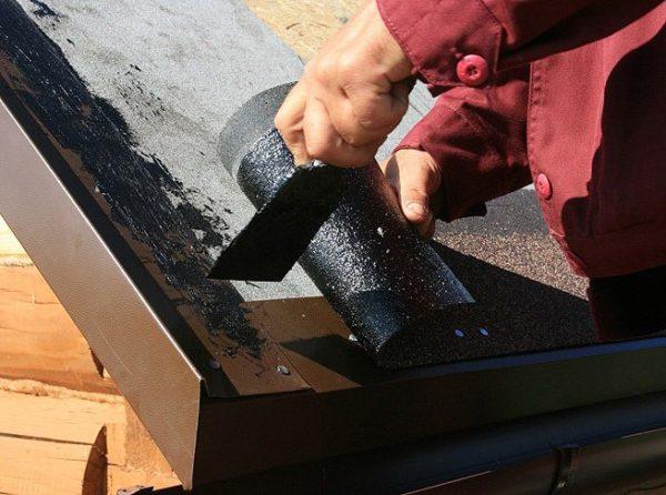 Мастика помогает защитить стык от влаги