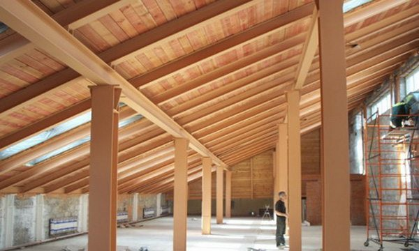 Металлические опоры хорошо подходят для деревянных строений