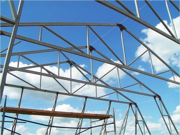 Металлические стропила — удовольствие дорогое и в бытовом строительстве используются очень редко.