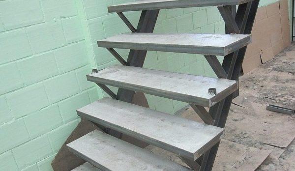 Металлокаркасная лестница с железобетонными ступенями.