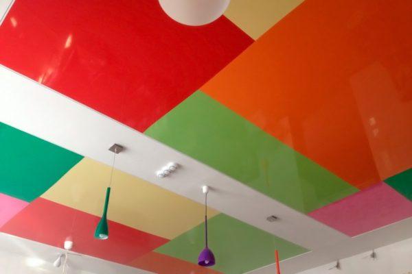 Стоит ли делать потолок разноцветным