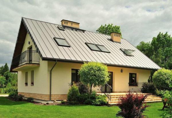 Монтаж двускатной крыши можно выполнить своими руками, но без помощника не обойтись