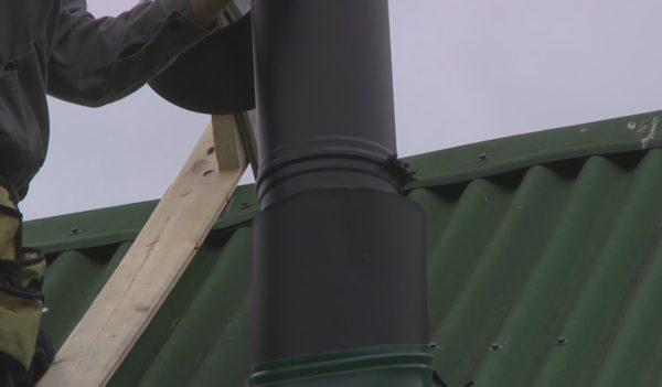 Монтаж защитного кожуха в верхней части дымохода