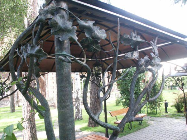 На фото - опоры в виде лозы и листья, выкованные профессиональным кузнецом