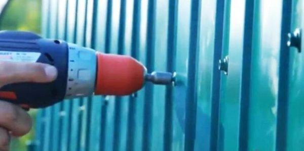 На фото: для крепления профлиста используется особый вид крепежа