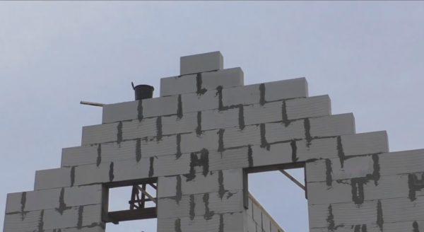 На фото фронтон, поднятый на 6 рядов до уровня конька — эта высота соответствует проектному расположение скатов